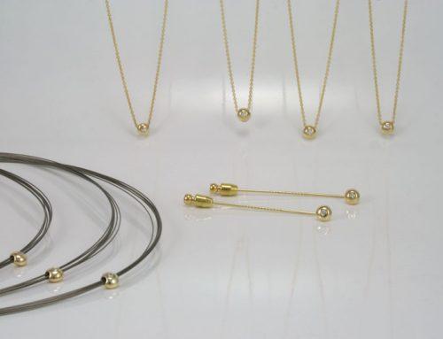 Zeven hangers en twee dasspelden met diamant uit 1 trouwring