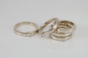 vijf-witgouden-gedenkringen-met-diamant