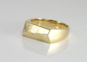 gouden-zegelring-met-vingerafdrukken