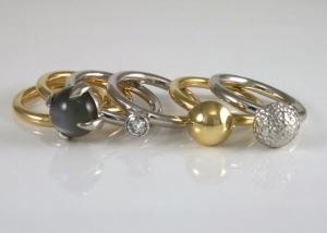 stapelring in wit en geelgoud met diamant en maansteen