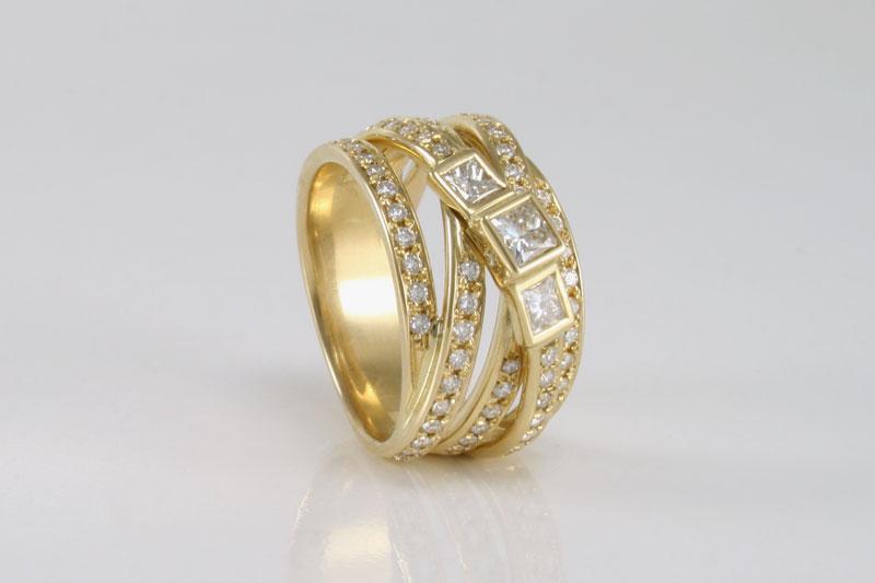 Bandenring met veel diamanten