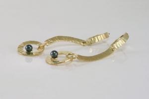 gouden-oorhangers-met-zwarte-parels