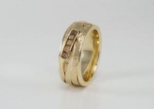 Gouden ring met ruwe diamanten