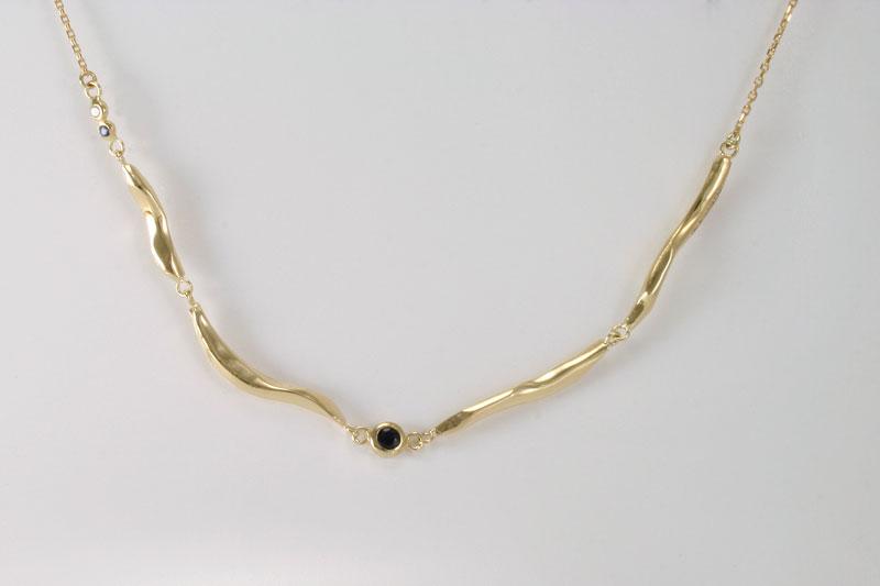 Gouden collier met blauwe saffier