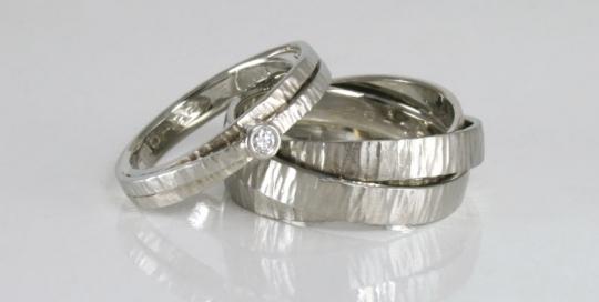 Trouwringen in witgoud met diamant