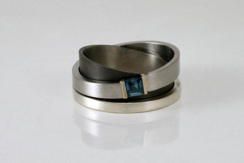 Trouwring in zilver, staal en zirkonium met topaas
