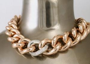 roze gouden collier met witgouden schakel bezet met diamanten